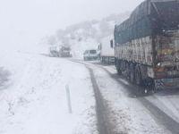 Yoğun kar yağışı nedeniyle araçlar mahsur kaldı
