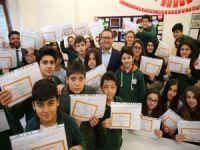 Başkan Kartoğlu, öğrencilerin karne heyecanını paylaştı