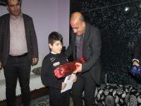 Bedensel engelli öğrencinin karnesi evinde verildi