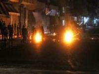 Elektrik kesintilerini protesto eden mahalleli ateş yakıp yolu kapattı
