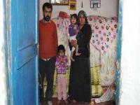 Evleri yıkılmak üzere olan aile yardım bekliyor