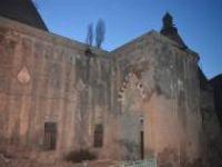 Tarihi caminin kubbelerindeki kurşunları çalındı