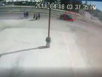 Yola fırlayan çocuğa otomobilin çarpma anı kamerada