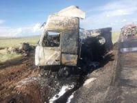 Alev alan petrol yüklü tankerden geriye demir yığını kaldı