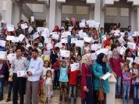 Suriyeli öğrencilerin karne sevincini yaşadı