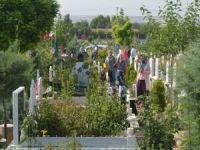 Bayramın ilk gününde mezarlıklar ziyaretçi akınına uğradı