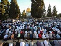 On binlerce Filistinli bayram namazını Mescid-i Aksa'da kıldı