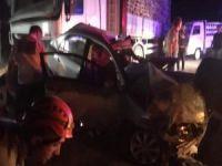 Otomobil park halindeki TIR'a çarptı: 3 ölü