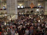 İstanbul'da camiler dolup taştı