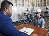 Görme engelli gencin Kur'an-ı Kerim aşkı imrendiriyor