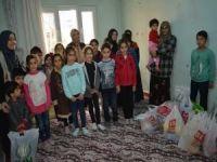 Öğrencilerden yetim aileye yardım