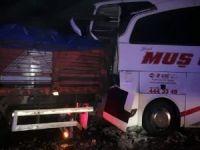 Yolcu otobüsü ve kamyonun karıştığı kazada 9 kişi yaralandı