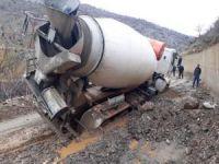 Önlem alınmadığı için TIR ve beton mikseri aynı çukura girdi