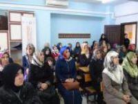 Köyde yaşayan kadınlara hakları hakkında eğitim veriliyor