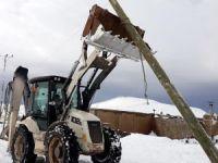 Olumsuz hava şartları nedeniyle 51 direk devrildi