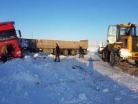 TIR buzlanma nedeniyle kaza yaptı