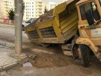 Nusaybin'de yol çöktü: 2 araç çukura düştü