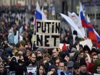 Rusya'da internete uygulanan kısıtlamalar protesto edildi