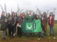 Öğrenciler üniversite kampüsüne fidan dikti