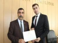 Nusaybin'de 7'nci kez seçilen muhtar mazbatasını aldı