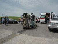 Minibüs ile otomobil çarpıştı