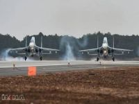 Savaş uçakları havada çarpıştı