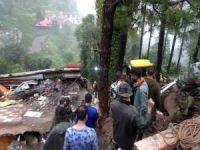 Hindistan'da bina çöktü: 13'ü asker 14 ölü