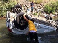Otomobil çaya devrildi: Bir ölü, 2 yaralı
