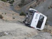 Freni tutmayan minibüs şarampole yuvarlandı: Biri ağır 5 yaralı