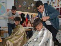 Gönüllü berberlerden 'tıraşsız çocuk kalmasın' projesi