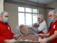 Kızılay depremzedelere sıcak yemek dağıtımına başladı