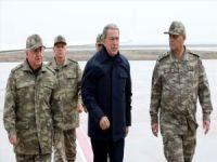 Milli Savunma Bakanı Hulusi Akar ve kuvvet komutanları Suriye sınırına gitti