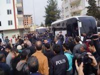 Yıkım kararı veren belediye ekipleri ile vatandaşlar arasında gerginlik
