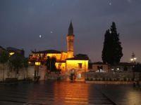 Müslümanlar teravih namazını camilerde kılamamanın hüznünü yaşadı
