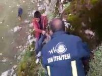 Kayalıklarda mahsur kalan çocuk zorlu bir çalışmayla kurtarıldı