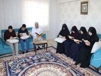 Camilere gidememenin hüznünü evlerde yapılan ibadetlerle sevince çeviriyorlar