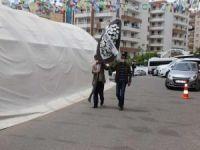 Evlat nöbetindeki aileler, Diyarbakır HDP İl Başkanlığı önüne siyah çelenk bıraktı