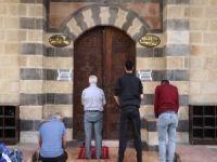 Müslümanlar camilerin ibadete açılması için gün sayıyor