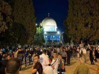 Binlerce Filistinli sabah namazını Mescid-i Aksa'da kıldı