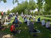 Nevruz Park'ta sosyal mesafeli Cuma namazı heyecanı