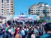 Gazze'de sokağa dökülen binlerce Filistinli intifada çağrısında bulundu