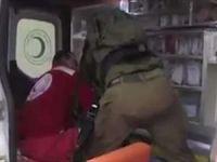 Alçaklık! Siyonist işgalciler ambulansta yaralı Filistinliye saldırdı