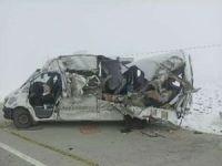 Hakkâri'de tır ile yolcu minibüsü çarpışmasında 4 kişi hayatını kaybetti