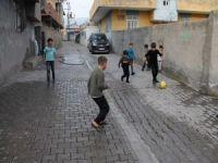 Kısıtlamayla boşalan sokaklar çocuklara kaldı