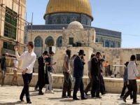 Filistinliler Mescid-i Aksa'dan uzaklaştırılırken siyonistler baskın düzenliyor