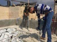 Siyonist işgal rejimi, Filistinli bir aileyi daha kendi evini yıkmaya zorluyor