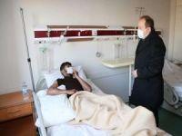 Şırnak Valisi Pehlivan göçükten kurtarılan işçileri hastanede ziyaret etti