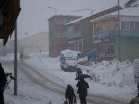 Karlıova'da aşırı kar yağışından dolayı okullar tatil edildi
