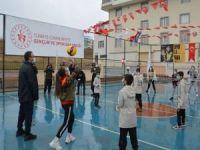 Bakan Kasapoğlu voleybol oynadıkları yerle gündem olan çocukları ziyaret etti