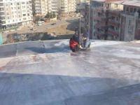 Kar temizlerken çatıda mahsur kalan kişi düşmekten kurtarıldı